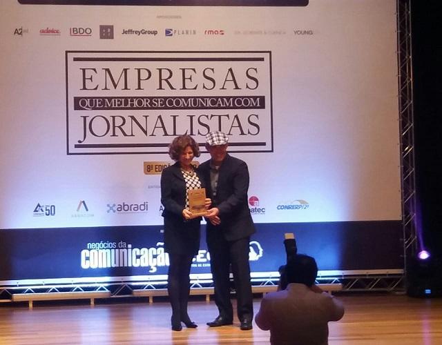 Rose Matuck, gerente de Imprensa da Fiesp, recebe o prêmio na categoria Entidades de Classe. Foto: Divulgação