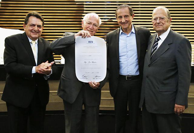 José Pastore, ao lado de Skaf, exibe diploma da Ordem do Mérito Industrial. Foto: Ayrton Vignola/Fiesp